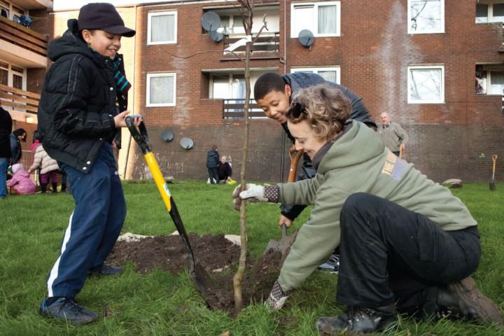 Urban-Ordhard-kids-planting